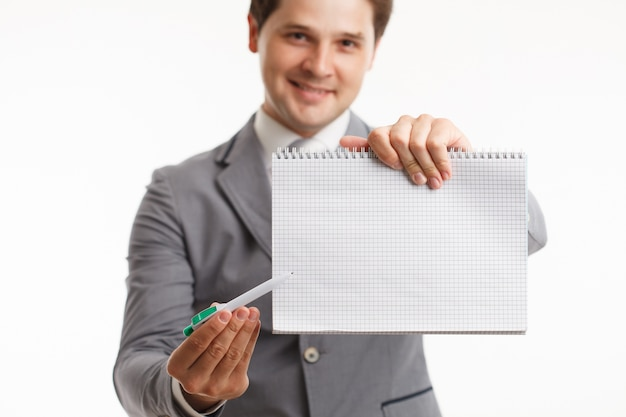 Man bedrijf en wijst naar een blanco vel papier