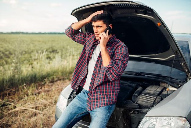 Man belt voor service, problemen met voertuig