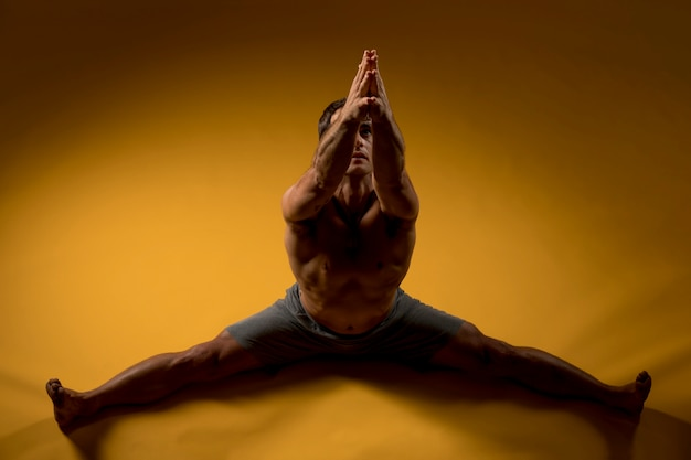 Man beoefenen stretching yoga oefening