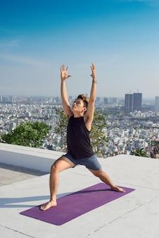 Man beoefenen van geavanceerde yoga. een serie yogahoudingen. levensstijl concept.