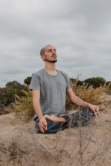 Man beoefenen van yoga buitenshuis