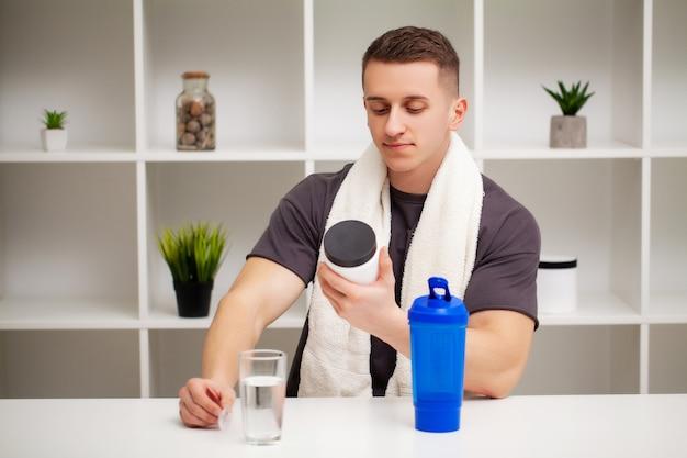 Man bereidt een eiwitshake in de shaker na training