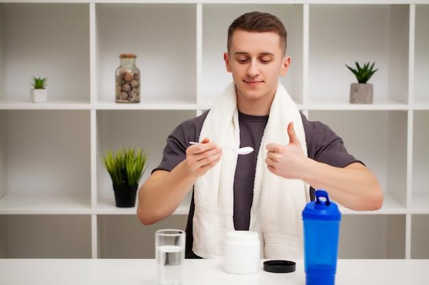 Man bereidt een eiwitshake in de shaker na training.