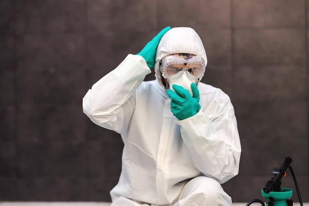 Man beschermend masker op gezicht zetten