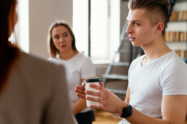 Man bespreken op therapie bijeenkomst