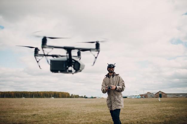 Man besturen van fpv quadcopter drone met bril antenne afstandsbediening