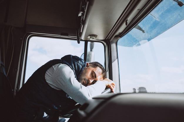 Man bestuurder van de vrachtwagen in een logistiek bedrijf