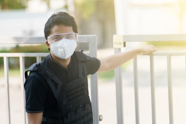 Man bewaker dragen gezichtsmasker