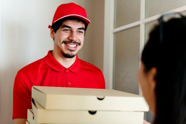 Man bezorg pizza aan klant