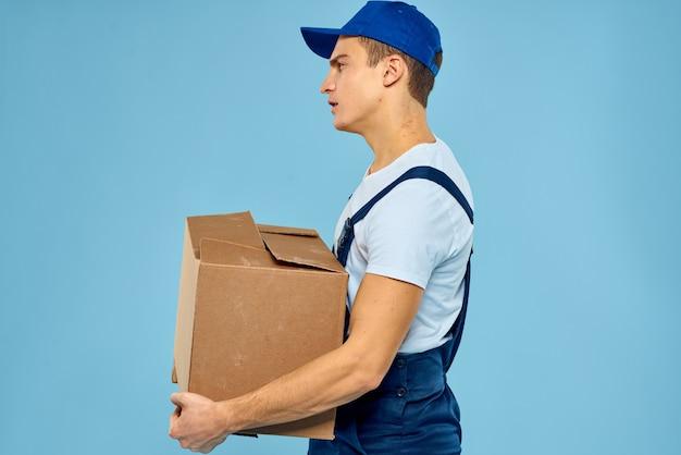 Man bezorgpakket bij de ontvanger, contactloze betaling en ontvangst van goederen