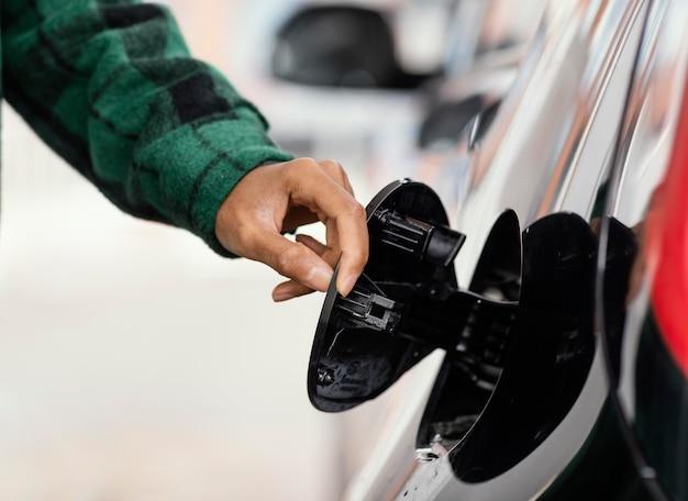 Man bij benzinestation met de auto