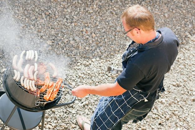 Man bij de barbecue