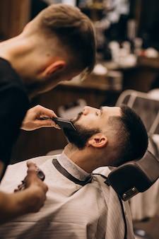 Man bij een kapsalon salon kapsel en baard trimmen