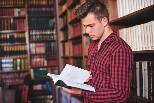 Man bladeren door een boek in bibliotheek