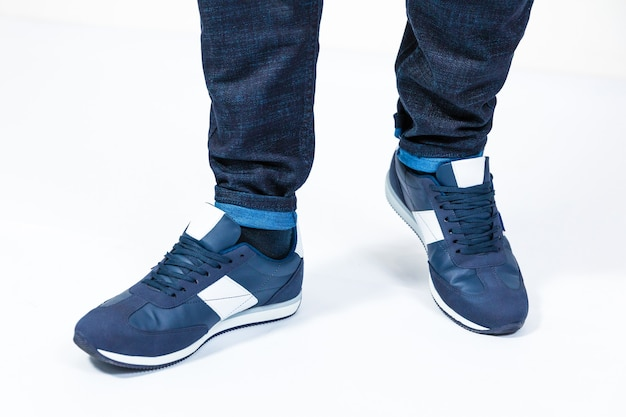 Man blauwe sport sneakers geïsoleerd op wit