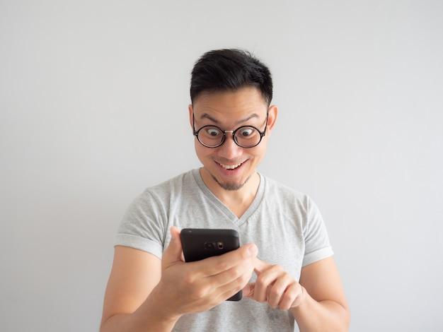 Man blij om te zien wat in de smartphone.