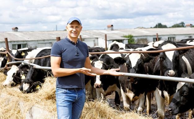 Man boer op boerderij met melkkoe