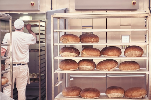 Man brood bakken in de bakkerij