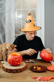 Man buigende jac o lanten helloween pompoen thuis