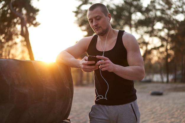 Man buiten training in de natuur