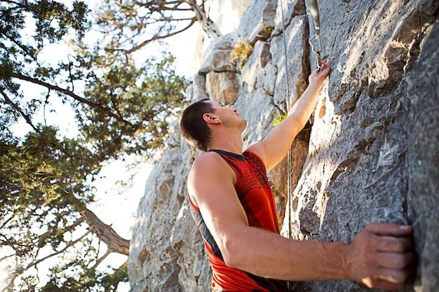 Man buitenshuis klimmen rotswand