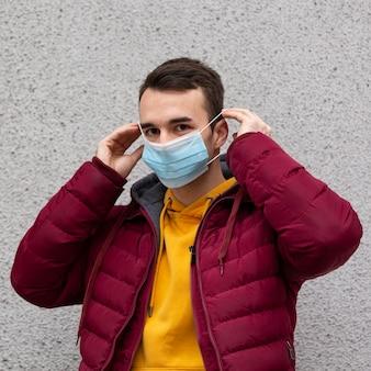 Man buitenshuis met medische masker