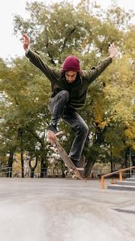 Man buitenshuis met skateboard