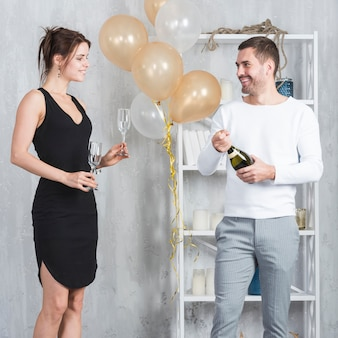 Man champagne fles openen