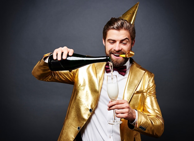 Man champagne gieten in champagne fluit