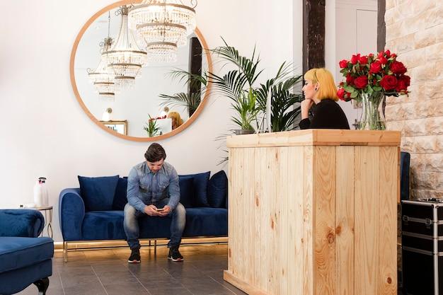 Man chatten in de wachtkamer van het kantoor