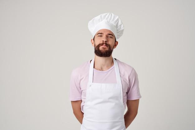 Man chef-kok schorten gebaren met hand emoties keuken lichte achtergrond