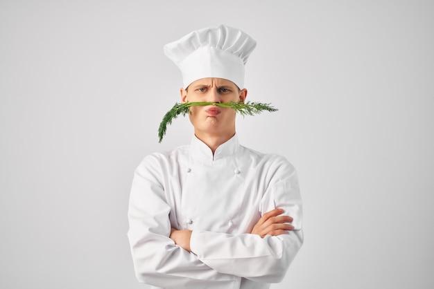 Man chef-koks uniform neus groen keuken restaurant professional