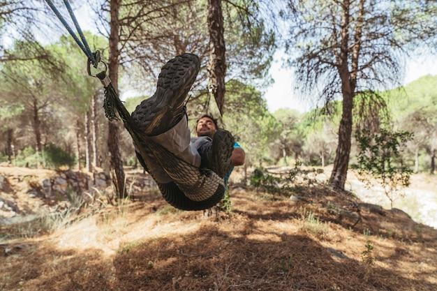Man chillen in hangmat in het bos