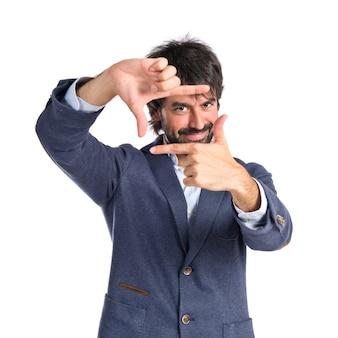 Man concentreren met zijn vingers op een witte achtergrond