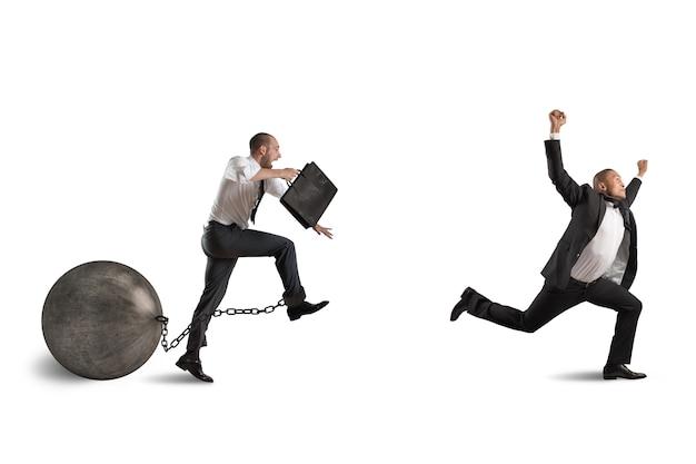 Man concurreert met een man met obstakel