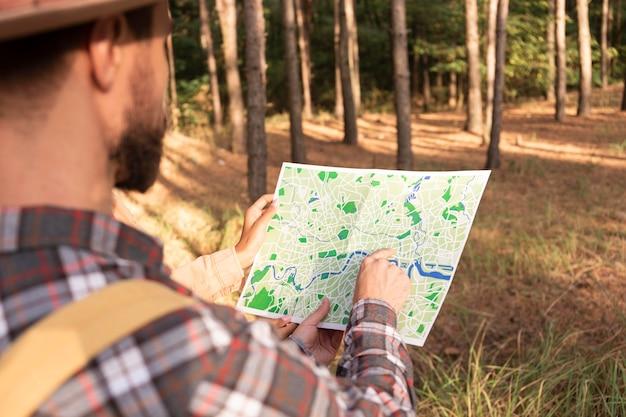 Man controleert een kaart voor een nieuwe bestemming