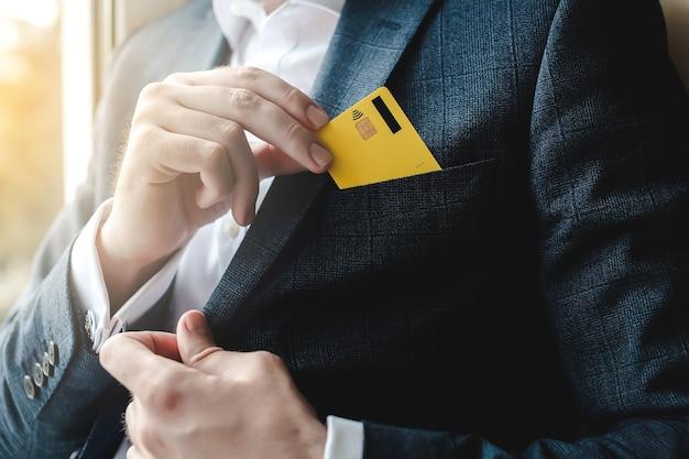 Man creditcard aanbrengend pak zak close-up.