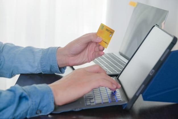 Man creditcardnummer typen voor het betalen met creditcard op tablet thuis kantoor winkelen, bankwezen, thuis en lifestyle concept.
