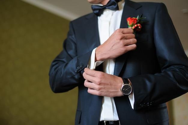 Man cufflink knoppen op een wit overhemd