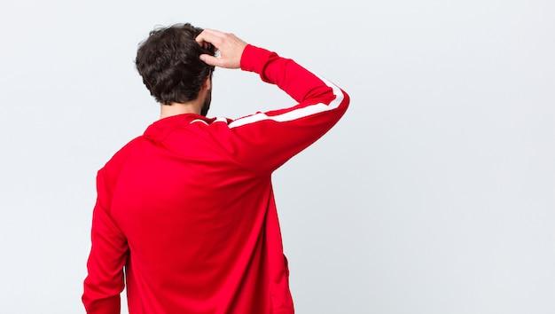 Man denken of twijfelen, hoofd krabben, zich verward en verward voelen, achter- of achteraanzicht