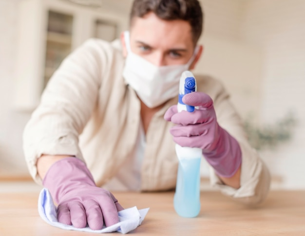Man desinfecteren houten tafel