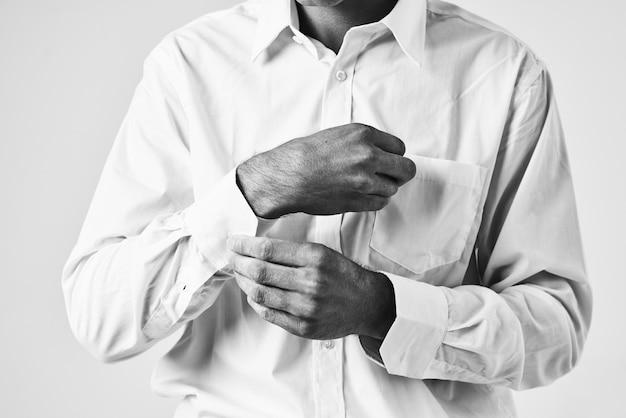 Man dichtknopen zijn shirt mouw elegante stijl zelfvertrouwen. hoge kwaliteit foto