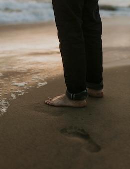 Man die aan de kust staat