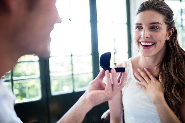 Man die aan vrouw voorstellen die verlovingsring aanbieden