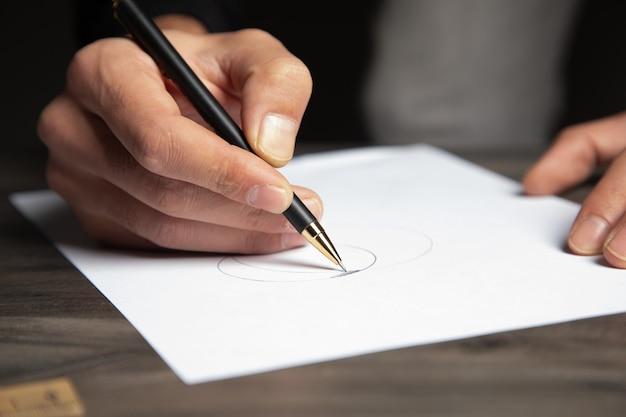Man die aantekeningen maakt op papier