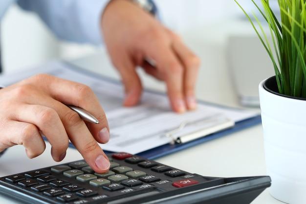 Man die berekeningen maakt. huisfinanciën, investeringen, economie of verzekeringsconcept