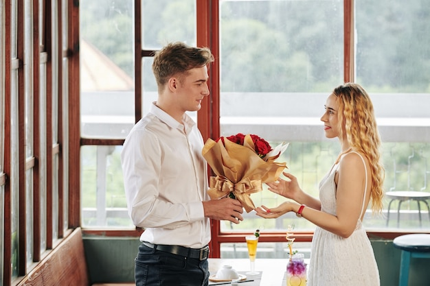 Man die bloemen geeft aan vrouw