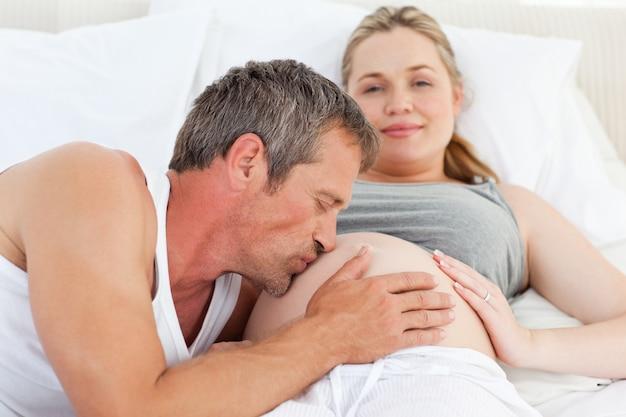 Man die de buik van zijn vrouw kust