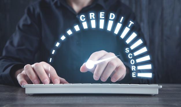 Man die de snelheidsmeter van de kredietscore toont. bedrijf. technologie