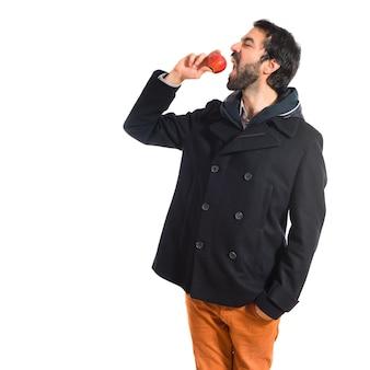 Man die een appel eet